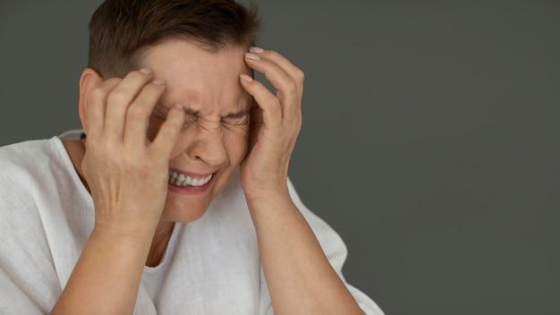 Close-up depressieve vrouw huilen