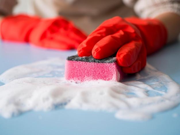 Close-up desinfecterend huis met spons