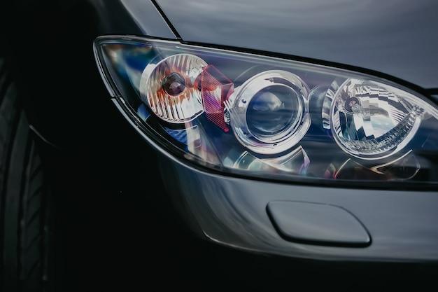 Close-up detail op een van de koplampen met koplampsproeier