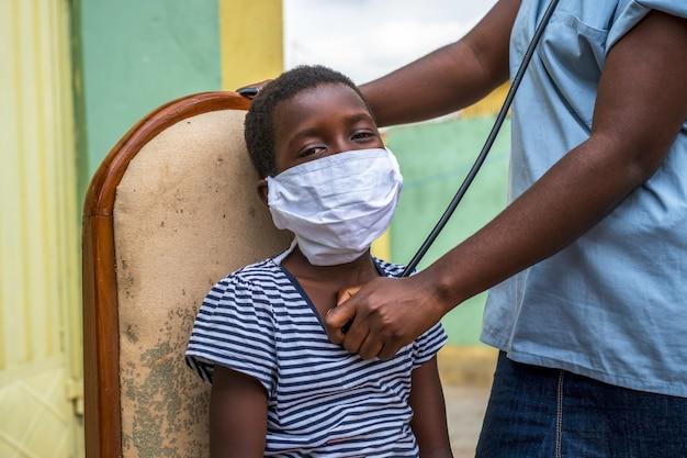 Close-up die van een jongen is ontsproten die een controle door een arts krijgt