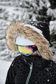 Close-up die van een skiër is ontsproten die bontjas met capuchon en beschermende brillen draagt bij het skiresort alpe d huez, frankrijk