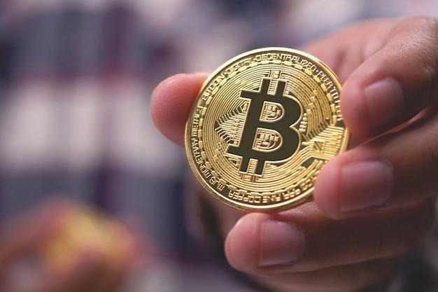 Close-up die van hand een bitcoin houdt