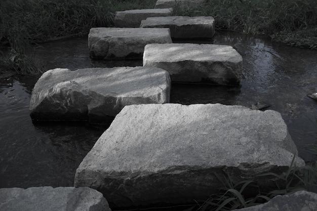 Close-up die van stenen is ontsproten die een weg over het water maken