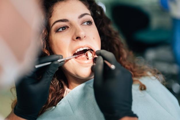 Close-up die van vrouw een controle krijgen bij tandarts
