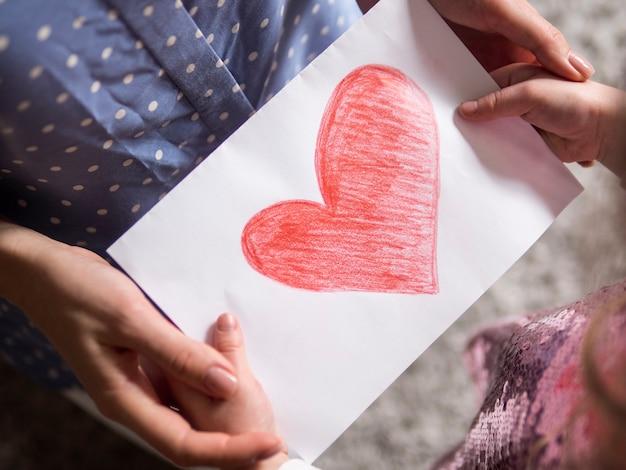 Close-up dochters tekenen voor haar moeder