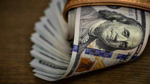 Close-up dollars contant geld in portemonnee