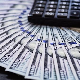 Close-up dollars contant geld met rekenmachine