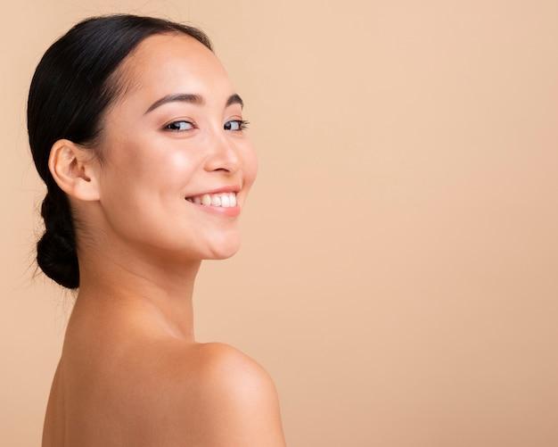 Close-up donkerbruine vrouw met brede glimlach en exemplaar-ruimte