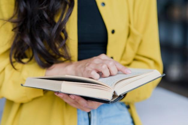 Close-up donkerbruine vrouw met gele blouse