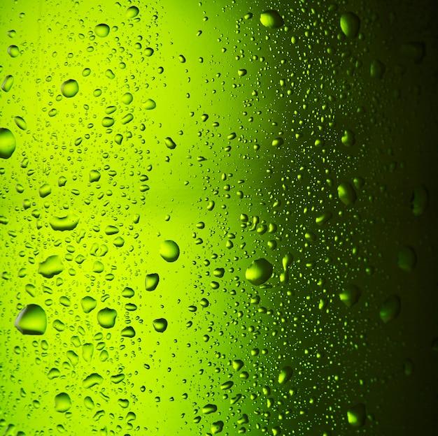 Close-up druppels van een ijskoude fles bier