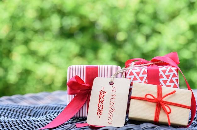 Close-up een geschenkdoos met rood lint. feestdagen, heden, kerstmis
