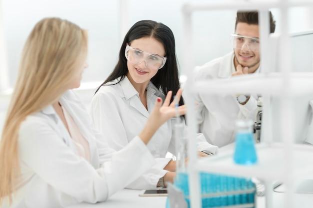 Close-up.een team van wetenschappers bespreekt de resultaten van de experimenten. wetenschap en gezondheid