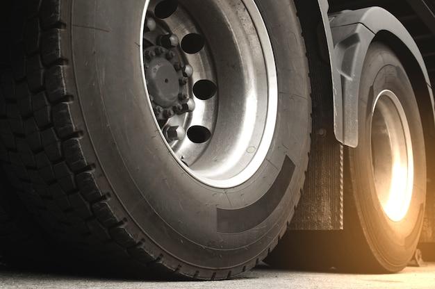 Close-up een vrachtwagenwielen van aanhangwagenvrachtwagen. vrachtvervoer.