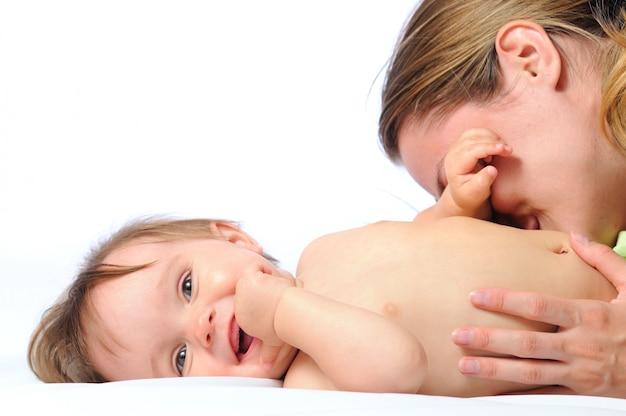 Close-up een zorgzaam jong moederspel met kind