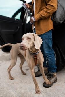 Close-up eigenaar en schattige hond Gratis Foto