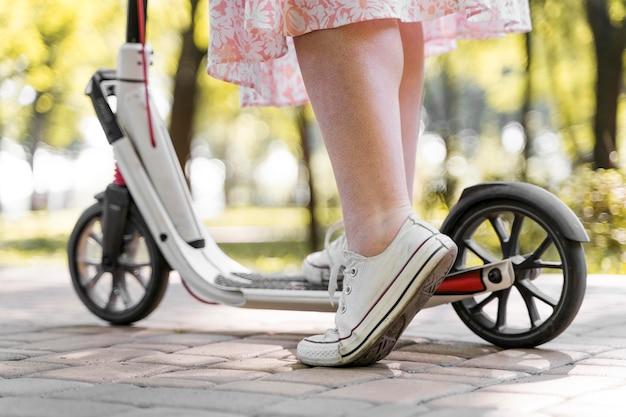 Close-up elegante vrouw scooter rijden