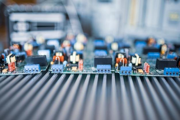 Close-up elektrische groene ingebedde microschakelingen in productie