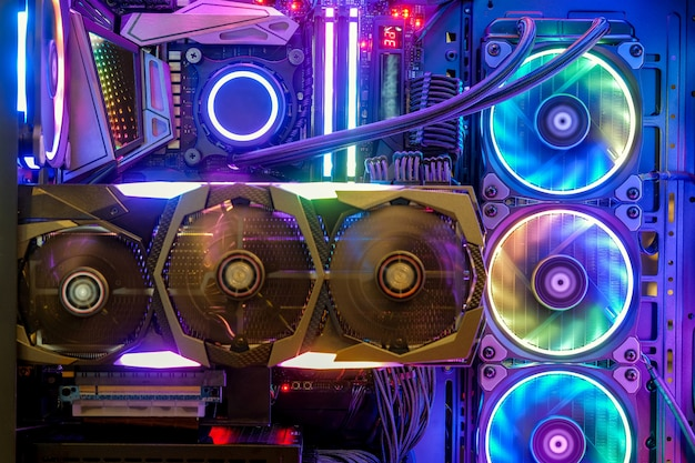 Close-up en binnenkant desktop pc gaming- en koelventilator cpu met veelkleurige led rgb-lichtshowstatus op werkmodus, interieur pc behuizing technologie achtergrond
