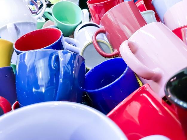 Close-up en gewassen kleurrijke hoop van keramische koffie cup fit