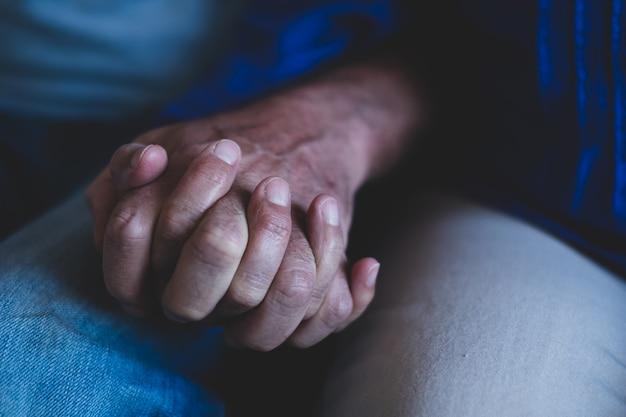 Close-up en portret van twee oude handen die tussen hen in staan - volwassen mensen concept levensstijl en huid