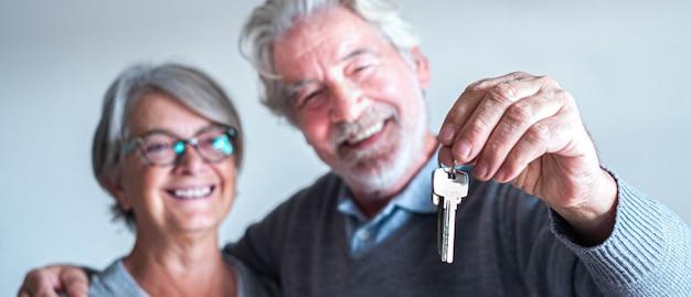 Close-up en portret van twee senioren of volwassen mensen die een nieuw huis of auto of een eigendom kopen