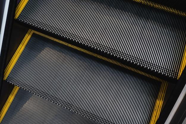 Close-up escalator trap gemaakt met stalen groef rail en anti slip patroon