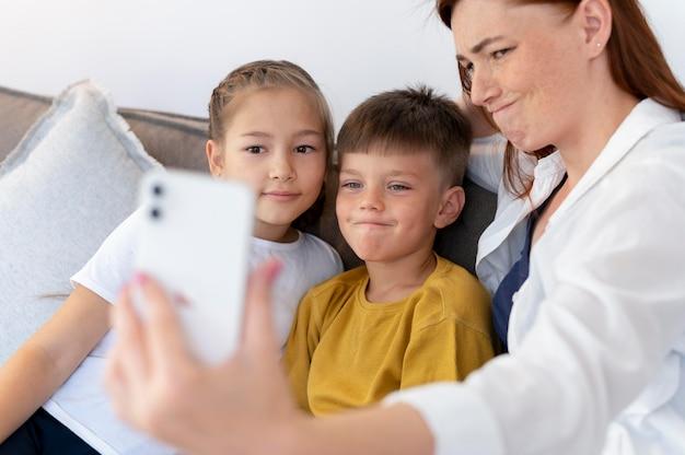 Close-up familie nemen selfie