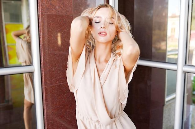 Close-up fashion vrouw portret van vrij trendy meisje poseren in de stad in de zomer straat