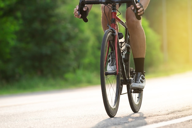 Close-up fietser op single track in het natuurpark