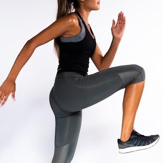 Close-up fit meisje met een been omhoog