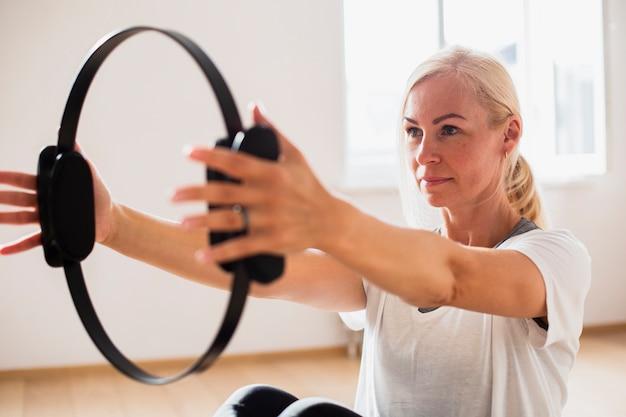 Close-up fit vrouw uitoefenen