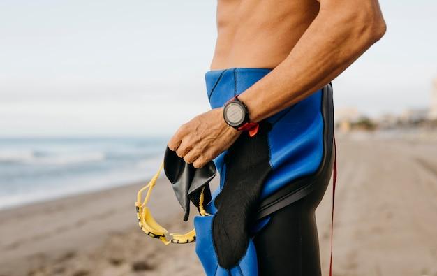 Close-up fit zwemmer op het strand