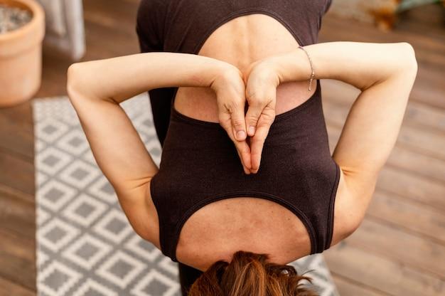 Close-up flexibele vrouw die zich uitstrekt
