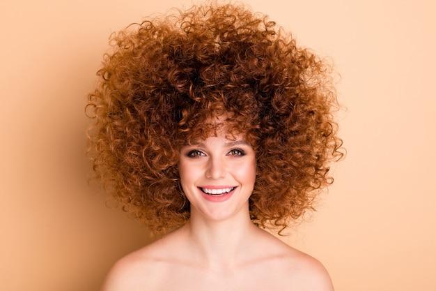 Close-up foto gekrulde haired dame
