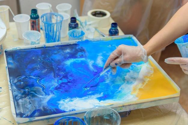 Close-up foto. kleurrijke abstracte schilderkunst. onderdelen van hoge kwaliteit, epoxyhars. tekentechniek de kunst van hars. hars giet schilderij