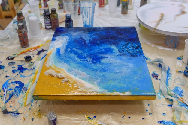 Close-up foto. kleurrijke abstracte schilderkunst. onderdelen van hoge kwaliteit, epoxyhars. tekentechniek de kunst van hars.