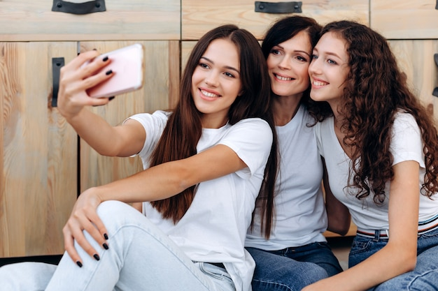 Close-up foto. leuke, mooie meisjes die thuis selfies maken