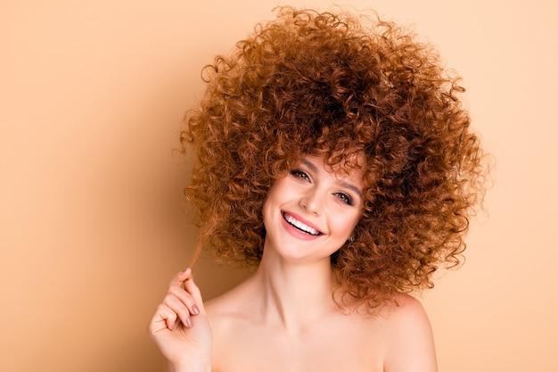 Close-up foto mooie dame spelen curl