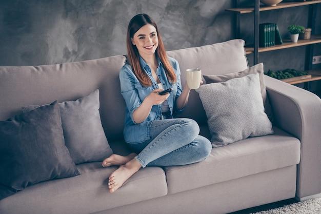 Close-up foto mooie dame zitten kijken film thee drinken