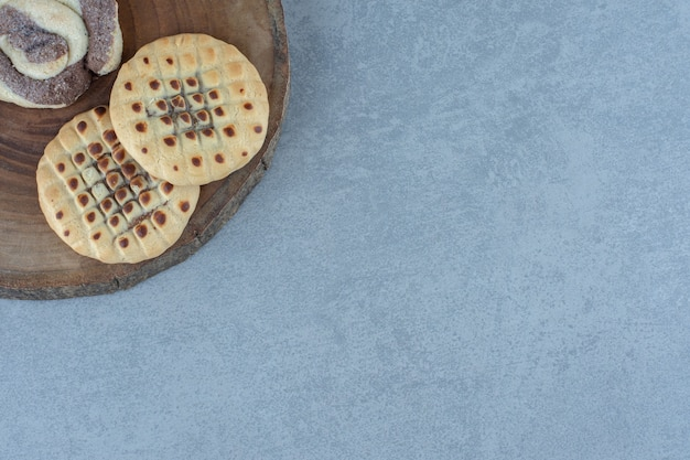 Close-up foto twee verse cookie op een houten bord.