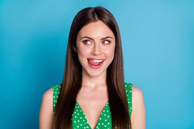 Close-up foto van aantrekkelijke grappige dame likken lippen honger wachten smakelijk heerlijk dessert blik kant lege ruimte geïnteresseerd draag groene zomer top tank-top geïsoleerde blauwe kleur achtergrond