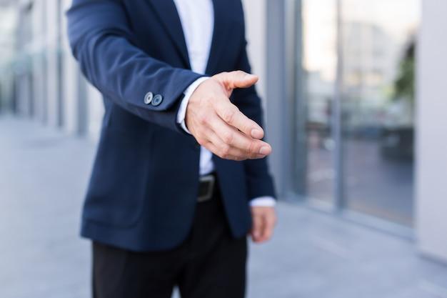 Close-up foto van begroeting mannelijke zakenman handdruk in pak