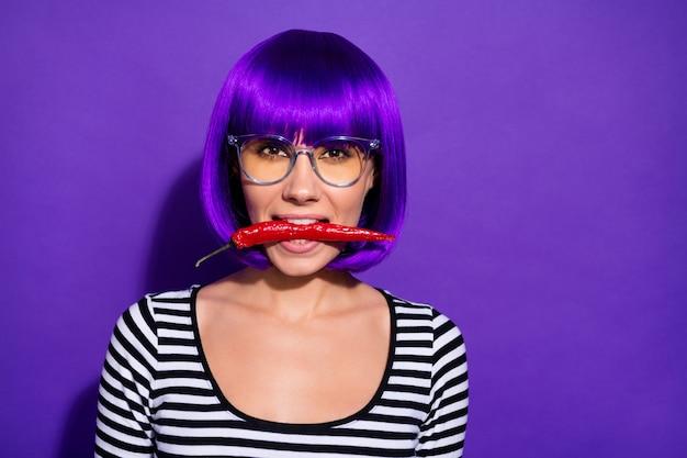 Close-up foto van charmante dame met chili peper op zoek dragen paarse pruik gestreept shirt geïsoleerd ovr violette achtergrond