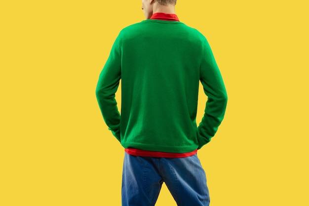 Close-up foto van charmante man in kleurrijke outfit op lichte studio achtergrond. mode, sfeer, stijl, kledingconcept. jeugdcultuur, copyspace. voor verkoop of reclame