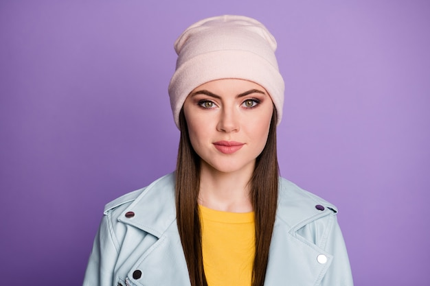 Close-up foto van cool stijlvol goed humeur mooie dame blij warm lenteweer straat kleding glimlachend zonder tanden dragen casual hoed blauwe moderne stijl jas geïsoleerde paarse kleur achtergrond