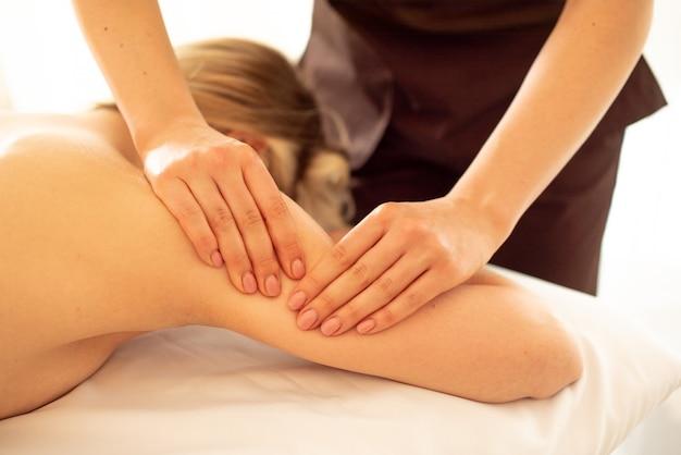 Close-up foto van diepe weefselmassage. masseuse doet schouder- en rugmassage