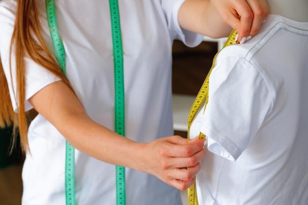 Close-up foto van een naaister op het werk