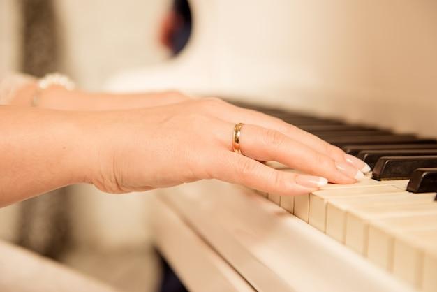 Close-up foto van een vrouwelijke musicus die de piano speelt