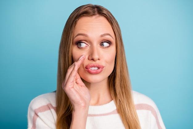 Close-up foto van ernstige peinzende nadenkende vrouw fluisteren je geheimen wegkijken geïsoleerde pastel kleur muur
