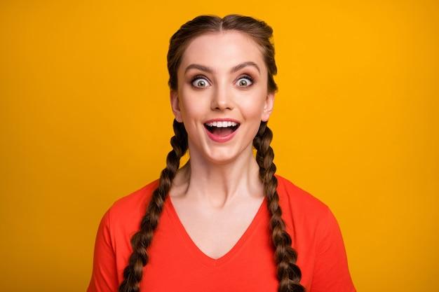 Close-up foto van grappige aantrekkelijke dame open mond
